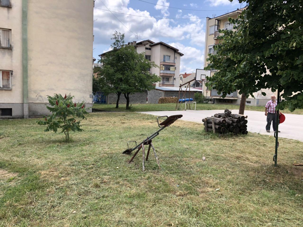 Naselje Saraj dobija nove klupe i klackalice