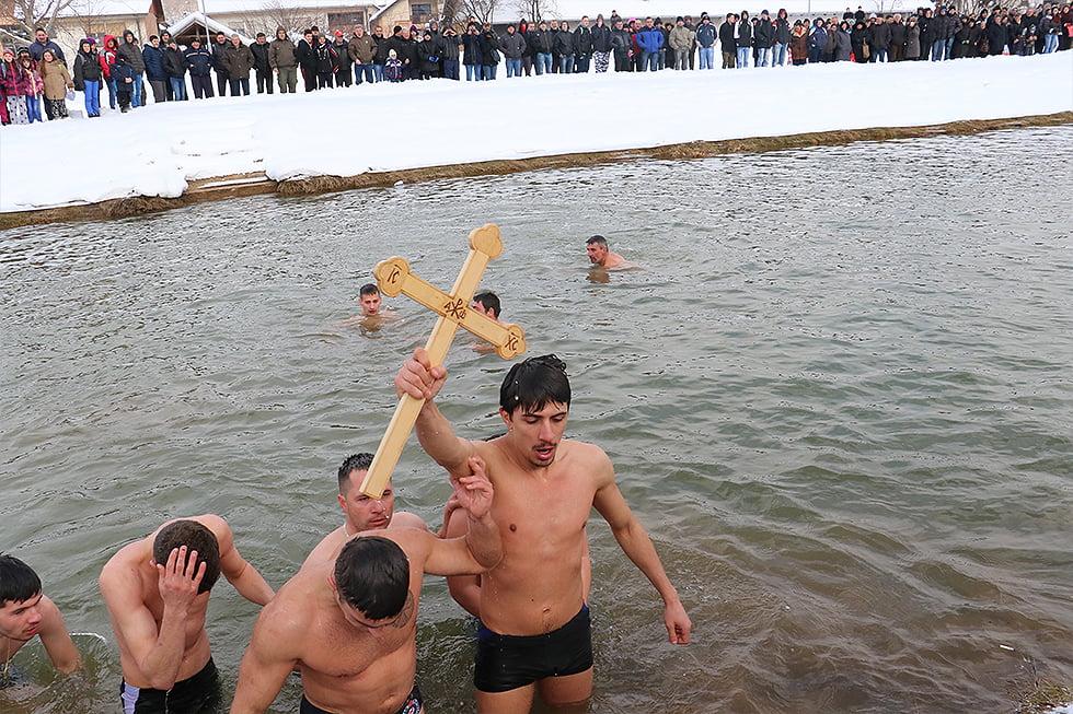 Plivanje za Časni krst, foto: Svrljiške novine